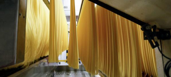 FAO/Alessia Pierdomenico Fabrication de spaghettis dans une usine de pâtes alimentaires à Parme, en Italie (archives)