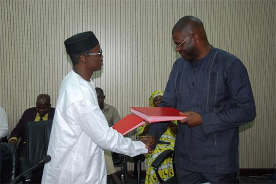 Hamed Salif Camara de l'AGETIC et Mahamadou Wadidié de l'ADR échangent les documents de l'accord