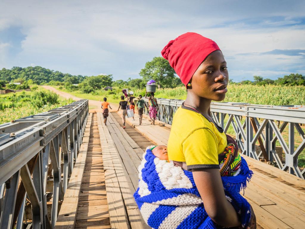 PAM/Badre Bahaji Au Malawi, une femme et son nourrisson traverse un pont pour se rendre au centre de santé Lugola à Chikulo. le pont a été construit grâce à un financement du Programme alimentaire mondial des Nations Unies (PAM)