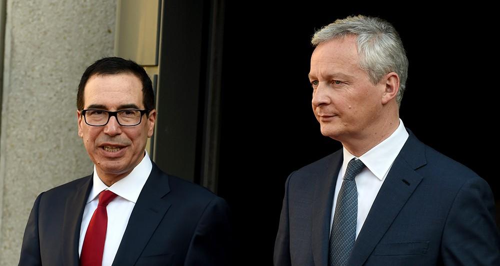 Le secrétaire au Trésor Steven Mnuchin (à gauche) est opposé à une taxation des géants du numérique au niveau national, comme la France l'envisage. Le ministre de l'Economie Bruno Le Maire (à droite) a rappelé mardi que la France « est un Etat libre et souverain qui décide de sa taxation ». - AFP