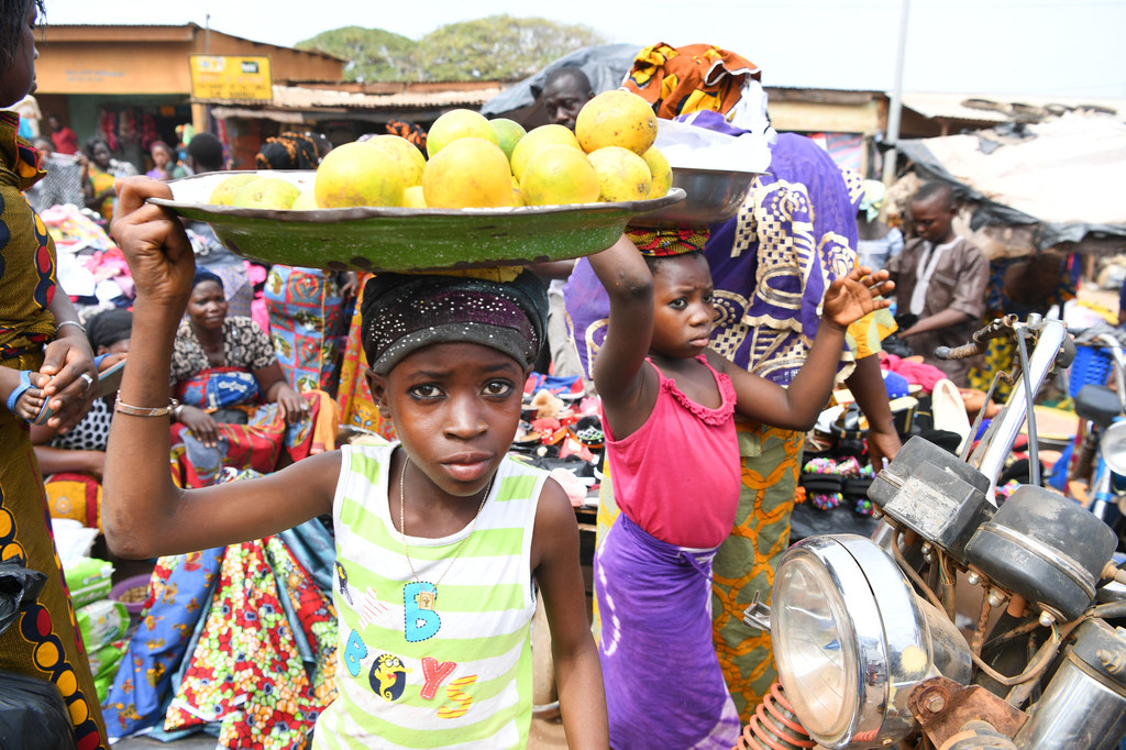 © UNICEF/Frank Dejongh Des enfants travaillant dans un marché à Korhogo, dans le nord-ouest de la Côte d'Ivoire (photo d'archives).