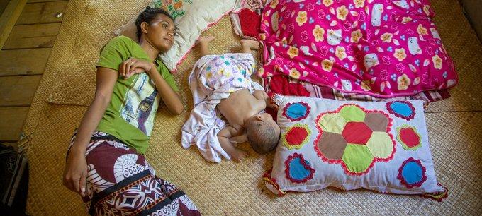 PNUD Tuvalu/Aurélia Rusek Une patiente âgée de 25 ans atteinte de tuberculose est traitée chez elle à Funafuti, l'île principale de Tuvalu, dans le Pacifique