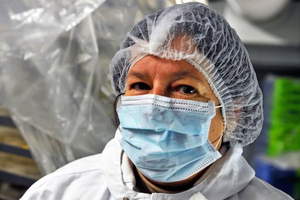 OIT Photo/Marcel Crozet En France, une employée de cuisine d'un hôpital